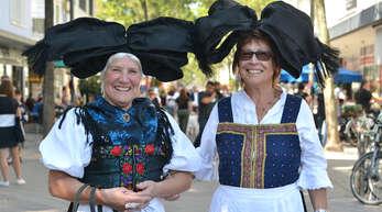 In ihren Hanauer Trachten waren Marina Kuhn und Helga Grampp-Weiß zwei echte Hingucker auf dem Markt.