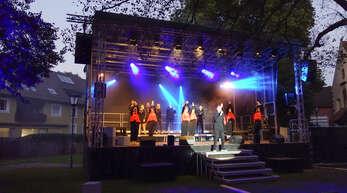 """Farbenfrohe Tanz- und Gesangsnummern gab es auf der Bühne bei dem Galaabend """"Freilichtträume"""" im Klostergarten Haslach."""