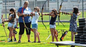 Den richtigen Umgang mit Pfeil und Bogen lehrt Jugendtrainerin Silke Rill dem Nachwuchs beim Appenweierer Schützenverein.
