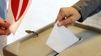 Eine Ortenauer stimmt bei der Bundestagswahl ab.