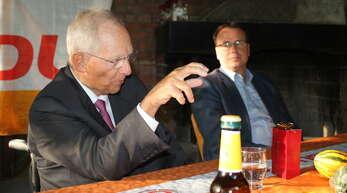 Wolfgang Schäuble referiert auch über seine politischen Anfänge – dass er in den Bundestag kam, hängt mit Hofweier zusammen. Rechts Staatsekretär Volker Schebesta.