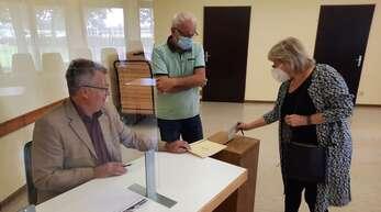 69,1 Prozent der Wahlberechtigten in Kehl machten ihre Kreuzchen. Knapp 28 Prozent nutzten die Briefwahl. Der Rest ging in die Wahllokale wie hier in Kittersburg; Kreisrat Willy Kehret (links) war hier einer der Wahlhelfer.