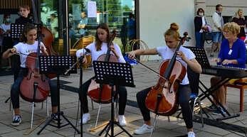 Ellen Oertel musiziert mit Mitgliedern des Streichorchesters der Kehler Musikschule.