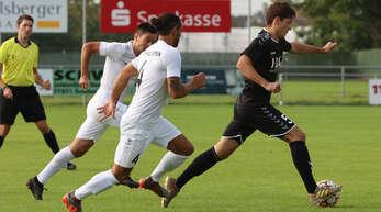 Dominic Truisi (Mitte, Nummer 4) lieferte bei seinem Comeback im Stadelhofener Trikot eine starke Leistung ab. Hier verfolgt er den Oppenauer Tobias Keller.