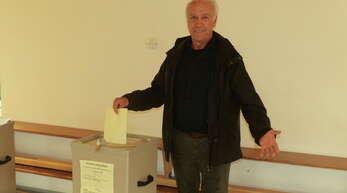 Ortsvorsteher Peter Scheffel (hier bei der Stimmabgabe am Sonntagnachmittag im Kindergarten) freute sich über das Ergebnis des Bürgerbegehrens.