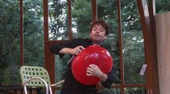 """Bringt Nicholas Reed den Ballon zum Platzen? Das Messer hat er bei """"Scratch!"""" schon gezückt."""