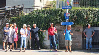 Was es mit historischen Gemäuern, Zeller Brunnen und Begriffen wie dem Latschari auf sich hat, erfuhren die Teilnehmer eines Rundgangs mit Alfons End.