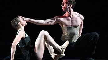 """Matteo Miccini tanzt zum Saisonstart beim Beethoven-Abend in Mauro Bigonzettis Ballett """"Einssein""""."""