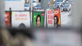 Wahlplakate in Stuttgart – die Parteien werben mit griffigen Slogans, aber was steht eigentlich genau in ihren Wahlprogrammen drin?