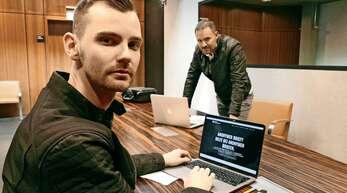 Die Sprachprofiler Patrick Rottler und Leo Martin in München bei der Arbeit