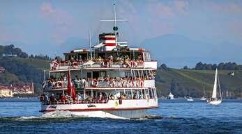 Ziemlich was los am Bodensee: Ein österreichisches Passagierschiff bringt Besucher von der Insel Mainau zurück aufs Festland.
