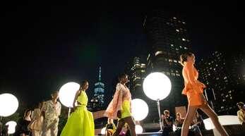 Die New York Fashion Week läuft – mit Laufstegen im Freien.