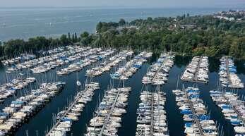 Der Kressbronner Jachthafen ist der größte am Bodensee. Das Becken ist beim Kiesabbau entstanden.