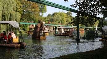 Besucher während einer Floßfahrt im Europapark Rust (Archivbild).