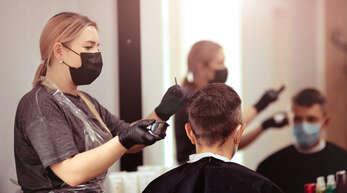 In diesem Artikel erfahren Sie, was die 2G-Regel in Baden-Württemberg für den Besuch beim Friseur bedeutet.