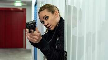 Sarah Kohr (Lisa Maria Potthoff) kümmert sich um ihre kranke Mutter (Corinna Kirchhoff).