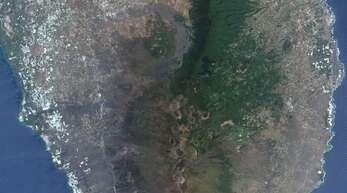In der Mitte des Satellitenbildes befindet sich der Vulkan Cumbre Vieja auf der kanarischen Insel La Palma.