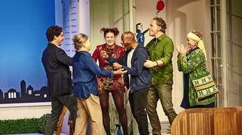 Wer hilft hier wem? Von links: Dr. Tarek Berger (Jörg Pauly), Angelika Hartmann (Ursula Berlinghof), Sophie (Sorina Kiefer), Diallo Makabouri (Quatis Tarkington), Dr. Richard Hartmann (Dirk Waanders), und Heike (Diana Gantner)