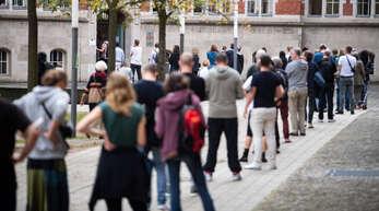 Keine Ausnahme in Berlin: Am Tag der Bundestagswahl standen viele Bürger in langen Warteschlangen vor den Wahllokalen, wie hier in Neukölln.