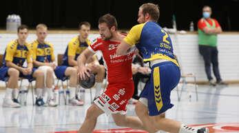 Daniel Schiedermann (am Ball) und der TV Willstätt mussten für ihre Tore gegen die starke Konstanzer 3:2:1- oder 6:0-Abwehr (hier Michael Stotz) hart arbeiten.