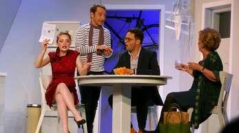 Diskussion in familiärer Runde: Richard Carré (Boris Aljinovic), seine Frau Claire (Janina Stopper), seine Mutter (Erika Skrotzki) und sein Geschäftspartner Etienne (Michael Rotschopf).