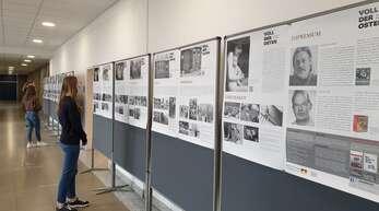 """Am Einstein-Gymnasium ist gerade schulintern die Fotoausstellung """"Voll der Osten"""" von Harald Hauswald zu sehen."""