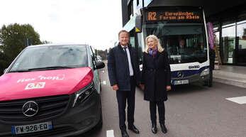 Unter anderem Frank Scherer, der Landrat des Ortenaukreises und Pia Imbs, die Präsidentin der Eurometropole Straßburg, informierten am Mittwochnachmittag über das neue grenzüberschreitende Flex'Hop-Angebot (das Auto links) ab dem Europäischen Forum am Rhein. Damit wird das bestehende Angebot, die Buslinie R2 (Offenburg-Forum am Rhein) ausgebaut.