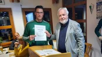 Auch KFV-Trainer Frank Berger (links) muss für seine Verdienste vorläufig auf die silberne Ehrennadel verzichten.
