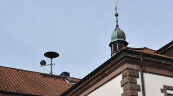 Für die Sirene auf dem Dach des alten Rathauses, die schon lange außer Betrieb ist, soll als Ersatz eine neue Sirene auf dem alten Mühlengebäude errichtet werden.