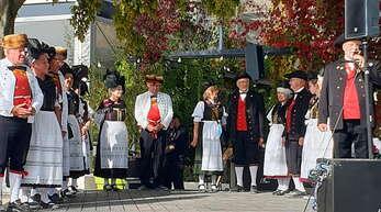 Die Tänzer aus Marlen und Eckartsweier auf der Bühne im Ufer-Park.