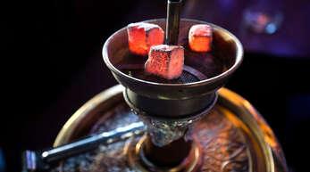 Viele junge Erwachsene rauchen Shisha, ob zuhause oder in der Bar.