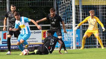 Oberacherns Cemal Durmus behauptet den Ball gegen gleich drei Spieler vom FFSV Bietigheim-Bissingen.