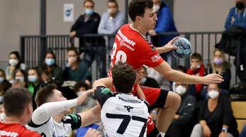 TuS-Linkshänder Philipp Harter hat hier zwar die Lufthoheit, am Ende blieb der Gegner aber siegreich.