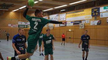 Jonas Hennig auf dem Flug zu einem seiner fünf Tore für die SG S/S gegen Gutach/Wolfach.