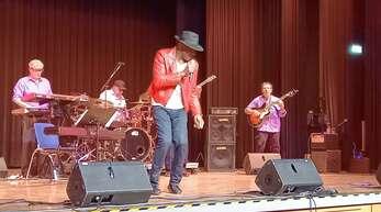 """Mit dem Moonwalk erinnerte der Sänger und Tänzer Elijah Salaah von der US-Band The Shades of Soul am Samstag in der Freistetter Stadthalle an den """"King of Pop"""" Michael Jackson."""