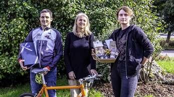 Mühlenbachs Bürgermeisterin Helga Wössner (Mitte) ehrte die erfolgreichen Stadtradler Daniel Grießbaum undTrisha Steinbiß.