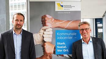 Heiko Faller (links) und Armin Mittelstädt präsentierten am Montag im Landratsamt den Quartalsbericht der Kommunalen Arbeitsförderung. Vor allem bei jungen Erwachsenen und Migranten sei die Integration in den Arbeitsmarkt gelungen.