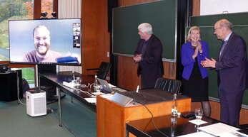 Der Brite Oscar Randal-Williams (links online) wurde vom Direktor des MFO Gerhard Huisken (von links), der Vorsitzenden des Fördervereins Ursula Gather und dem Vorsitzenden der Oberwolfach Stiftung Thomas Peternell mit dem Oberwolfach-Preis ausgezeichnet.