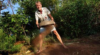 Biologe Martin Oehler aus Lauf siebt, um ein lockeres Gefüge im Substrat zu schaffen. Er ist ein großer Verfechter von Biodiversität im heimischen Garten und Gegner der Schottergärten.