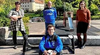 Katja Zagermann (hinten, von links), FC-Jugendleiter Ralf Neef und Kathrin Ribeiro dos Santos begrüßten Jan Bilharz als neuen FSJ-ler von Herlinsbachschule und FC.