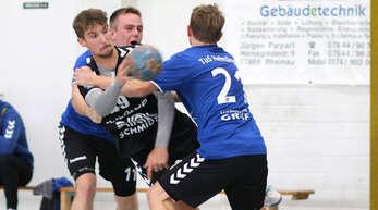 Die Helmlinger Sven Schmitt (l.) und Stefan Weber (r.) haben hier Aaron Falk fest im Griff.