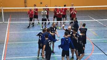 Siegerfreude beim VC Haslach um Spielertrainer Tarek Blum (Fünfter von rechts) in Bad Säckingen.