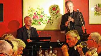 """""""Kunst trifft Wein"""" – da war Musik drin. Josef Prestel (links) und Michael Bühler vor Bildern von Dietlinde Bauhöfer"""