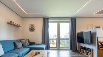 Individuell planbar: PLAMENCO-Decken lassen sich wie hier mit LED-Tunable-White-Stripes problemlos kombinieren. Die LED-Stripes sind stufenlos dimmbar von Tageslichtweiß bis Warmweiß.