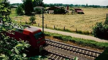 Die Rheintalbahn, im Hintergrund der Elble-Hof. Wenn die Bahn den Offenburger Tunnel baut, verlieren die Landwirte massiv an Land.