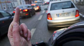 Mit einem sogenannten Stinkefinger hat ein 40-jähriger Verkehrsteilnehmer einen städtischen Mitarbeiter beleidigt. Dafür wurde er zwar verurteilt, bleibt aber wegen der Gesamtsituation am Ende straffrei.