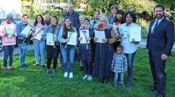 Haslachs Bürgermeister Philipp Saar (rechts) freute sich mit den Anbietern und Teilnehmerinnen über den erfolgreichen Abschluss des Bildungsjahrkurses für Flüchtlinge (mit einem Klick auf das Foto sieht man alle Teilnehmerinnen).