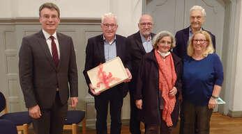 Familien- und Seniorenbüro Gengenbach (von links): Bürgermeister Thorsten Erny, Michael Roschach (verabschiedeter Vorsitzender), Wolfgang Ruthinger (Nachfolger), Eva Gimmel,Richard Feger (Beisitzer) und Christine Weygoldt-Barth (Geschäftsführerin).
