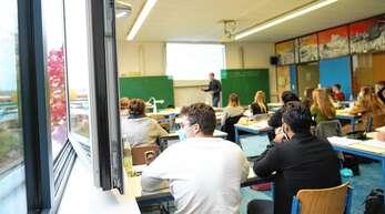 Kein Ersatz fürs Lüften: Auch in den Klassenräumen mit einem Luftfiltergerät ist Lüften Pflicht