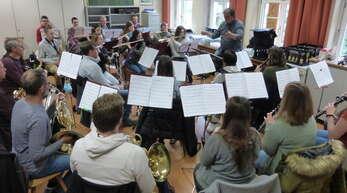 Die Musiker der Stadt- und Feuerwehrkapelle Schiltach bereiten sich auf ihr Konzert vor.
